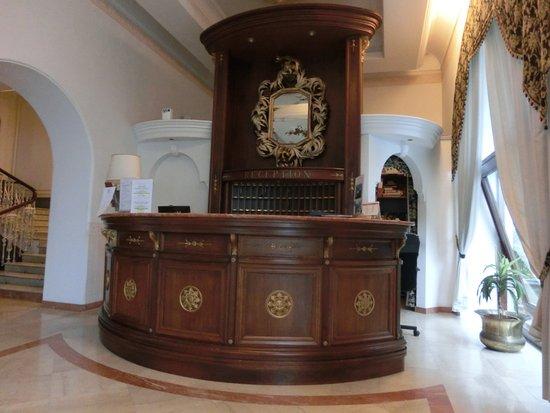 هوتل سان ميشيل: ホテルのフロント