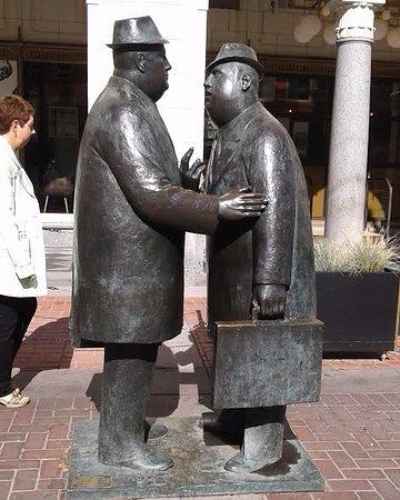 Conversation Sculpture: Escultura em bronze