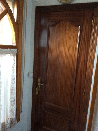 La Lastrilla, Испания: Puerta de entrada a la habitación.