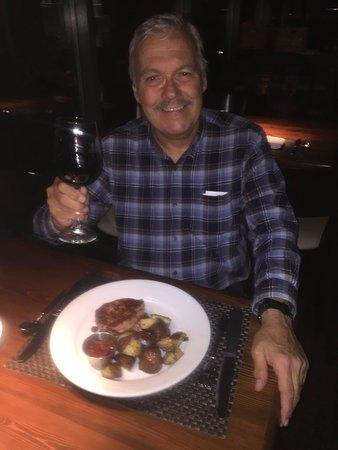 Lambertville, Νιού Τζέρσεϊ: Me with my fantastic Pinot Noir and Pork Mignon!
