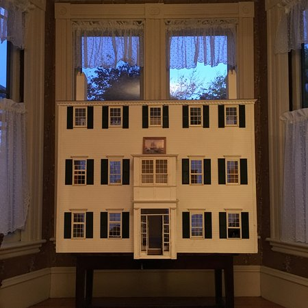 Newburyport, MA: The doll house recreation of the property.