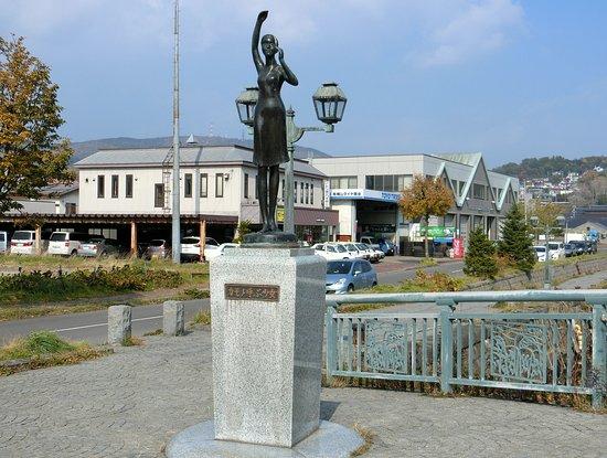 Kamome Yobu Shojo Statue
