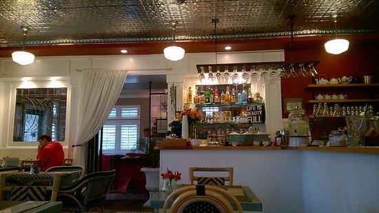Cannon Beach Cafe: Facing entrance to hotel lobby