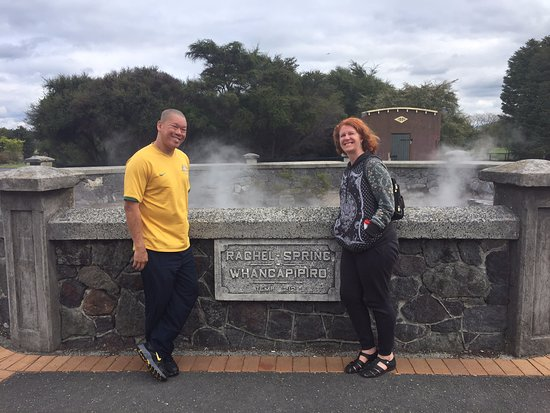 Rotorua District, Nova Zelândia: In front of the sign