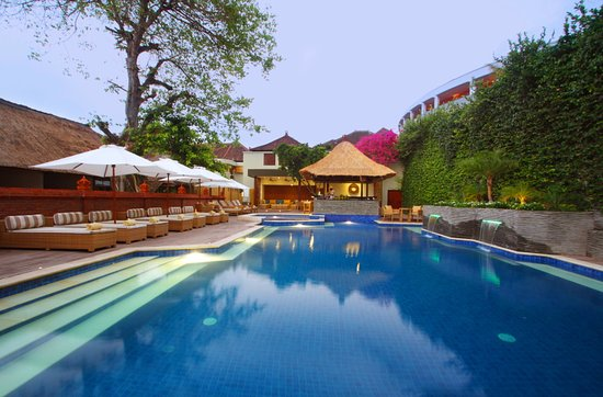 Alam KulKul Boutique Resort: Main swimming pool with Bar