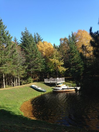 Country Charm Bed & Breakfast: Private access to lake, with kayaks, boats, cano, dock and deck