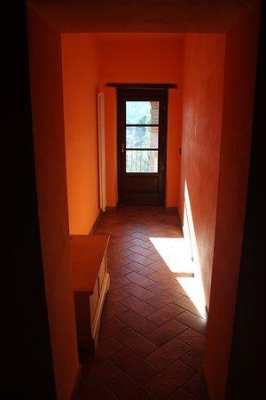 Camporgiano, Italia: corridoio verso il terrazzo con la luce del mattino