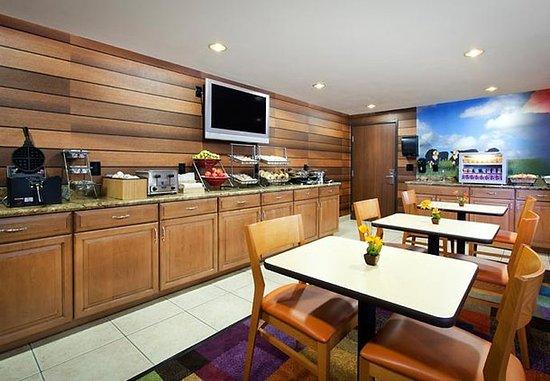 Fairfield Inn & Suites Phoenix North: Hot Breakfast Buffet