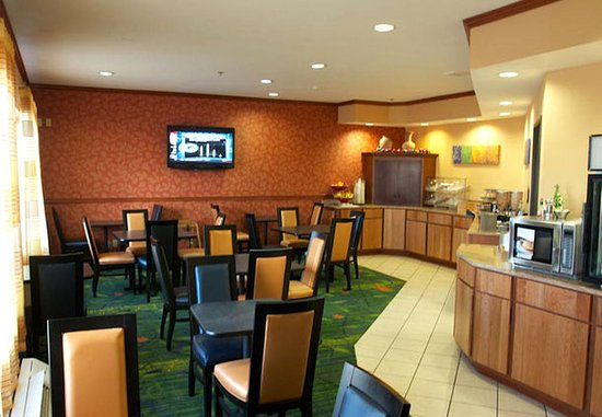 Fairfield Inn & Suites Beloit: Breakfast Area