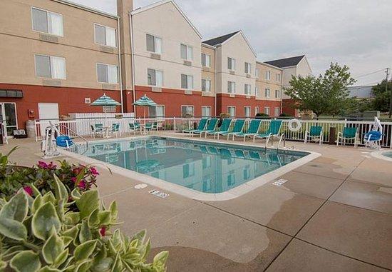 Fairfield Inn & Suites Lancaster: Outdoor Pool & Hot Tub