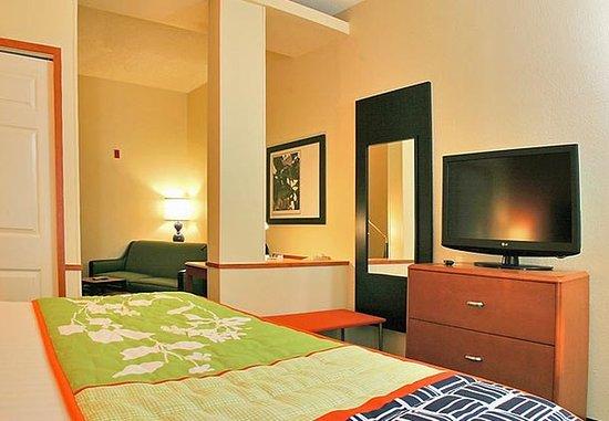 Fairfield Inn & Suites Brunswick: King Suite Sleeping Area
