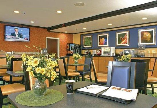 Fairfield Inn & Suites Brunswick: Breakfast Area