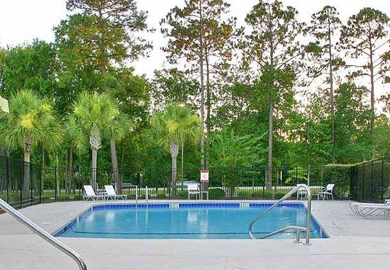 Fairfield Inn & Suites Brunswick: Outdoor Pool