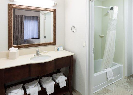 Hampton Inn & Suites Westford - Chelmsford: King Suite Bathroom