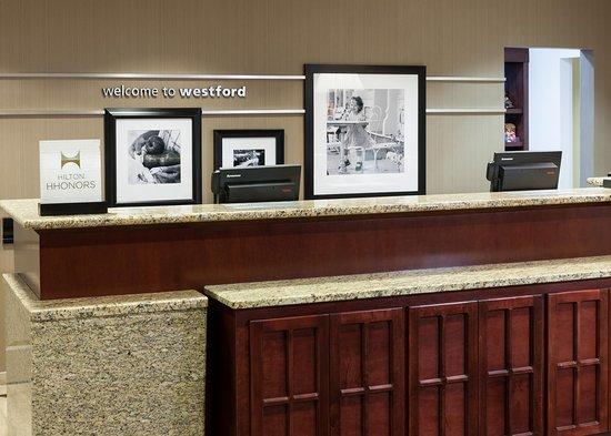 Hampton Inn & Suites Westford - Chelmsford: Front Desk