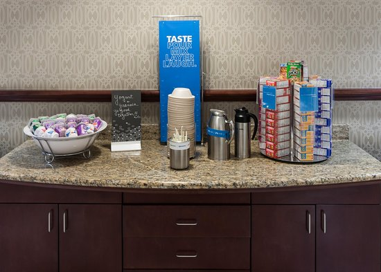 Hampton Inn & Suites Westford - Chelmsford: Free Breakfast Area