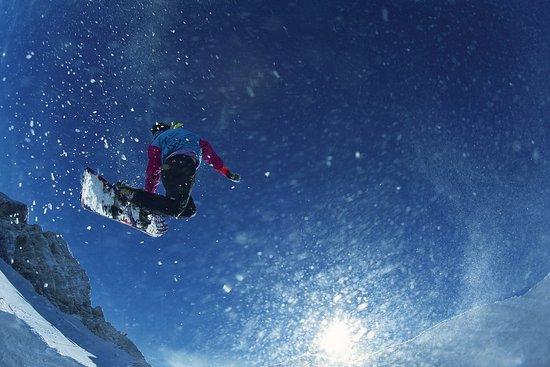 Austria: Snowboarder im Sprung