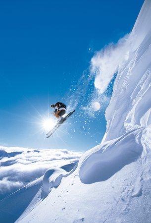 Austria: Skifahrer im Sprung