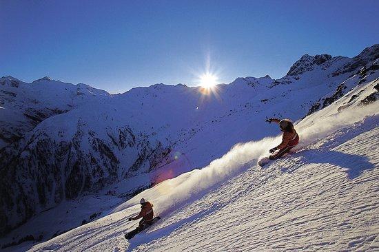 Austria: Snowboarder am Hintertuxer
