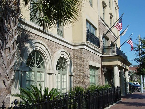 Hampton Inn & Suites Savannah Historic District: Hotel Exterior
