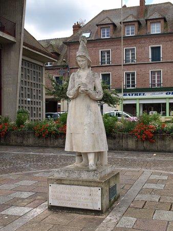 Vimoutiers, France: Statue de Marie Harel