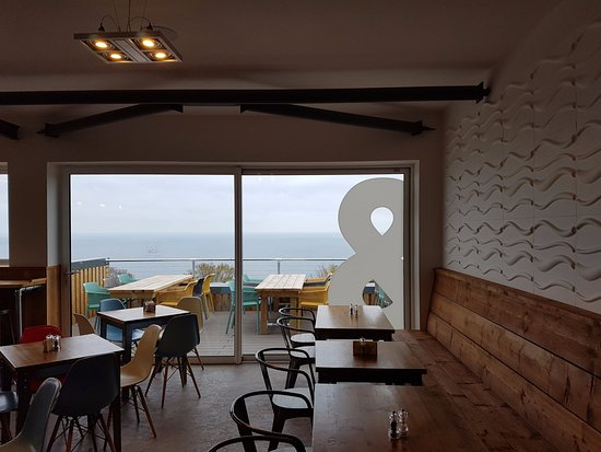 Shaldon, UK: Inside near kitchen and bar with terrace view.
