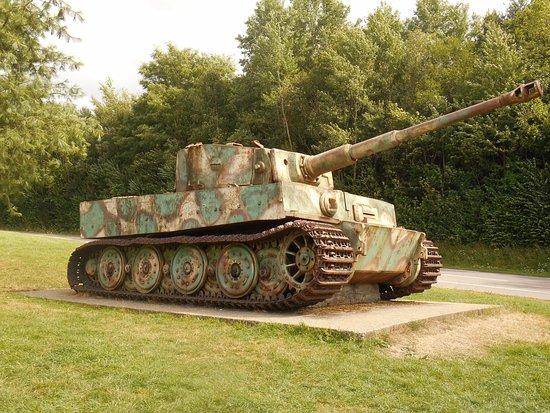 Depuis 40 ans le Char Tigre de Vimoutiers est exposé sur le bord de la route.