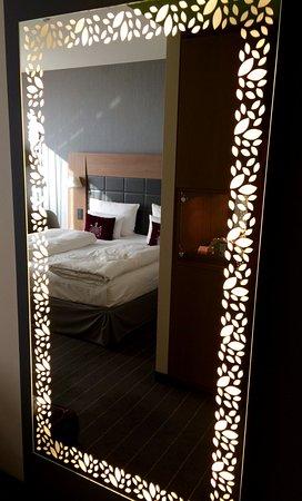 Mövenpick Hotel Stuttgart Airport & Messe: Beleuchteter Spiegel im Zimmer