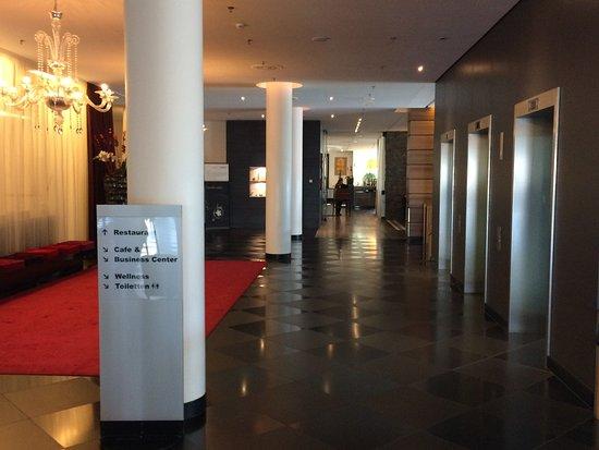 Mövenpick Hotel Stuttgart Airport & Messe: Weg zum Restaurant / Lobby