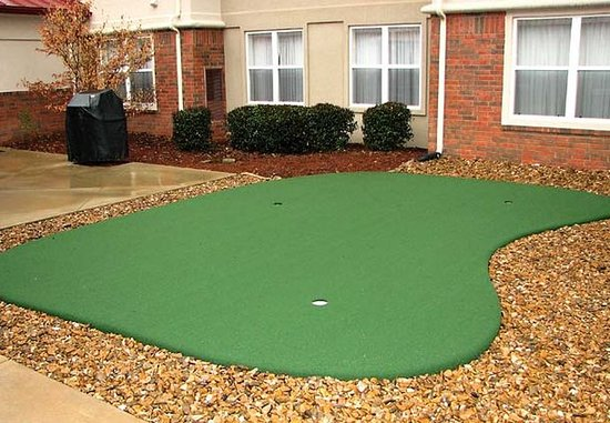 Residence Inn Springdale: Putting Green