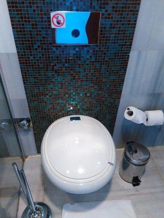 Biz Cevahir Hotel: Смыв на фотоэлементах