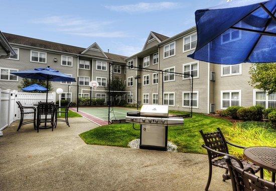 Residence Inn Boston Foxborough: Sport Court & Patio