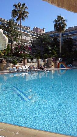 Corolla Hotel: Blick über den oberen Pool auf das Hauptgebäude