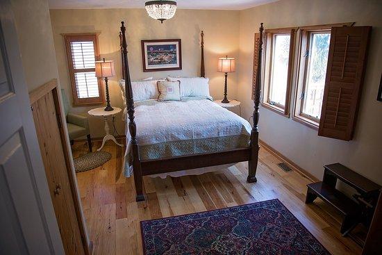 Quicksburg, VA: Loudoun room. First floor bedroom.