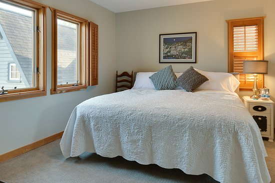 Quicksburg, VA: Shenandoah room with king bed.