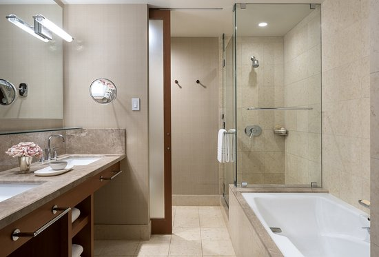 East Palo Alto, CA: Deluxe Double Guest Room Bathroom
