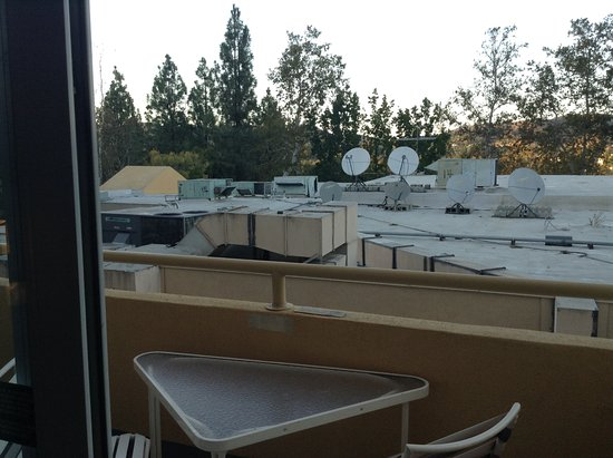 Sheraton Agoura Hills Hotel: A room sold supposedly with a balcony and a view of the hills