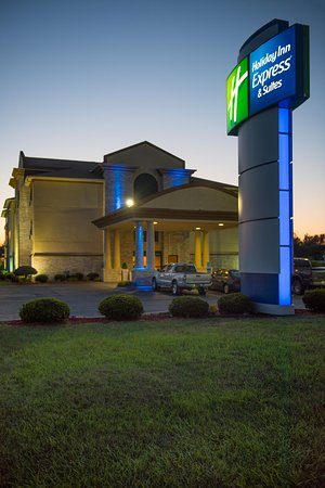 Holiday Inn Express Wauseon: Exterior night