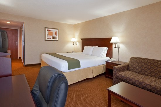 Tiffin, OH: King Bed Guest Room