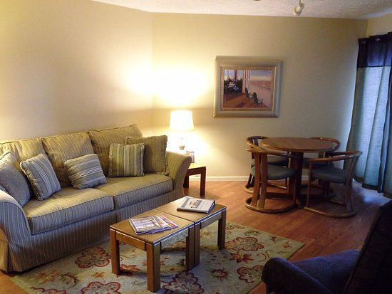 Pointes North Inn: Handicapped Access 1BR Suiite