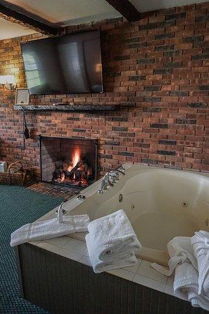 Lenox, MA: FireSpa™ King Canopy bedroom