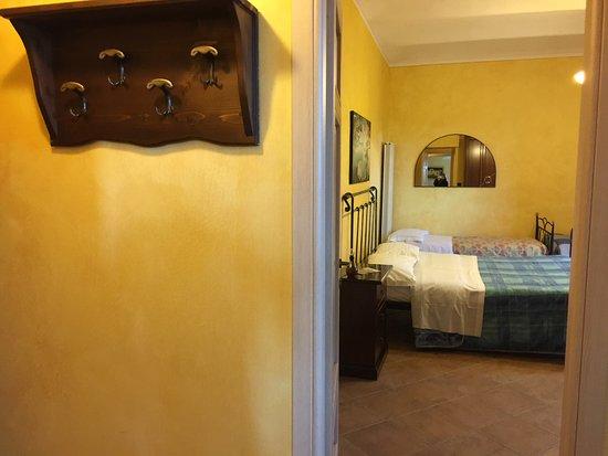 Lombardore, Italië: Eingangsbereich Korridor
