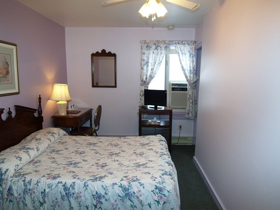 Braeside Inn: Small economy room