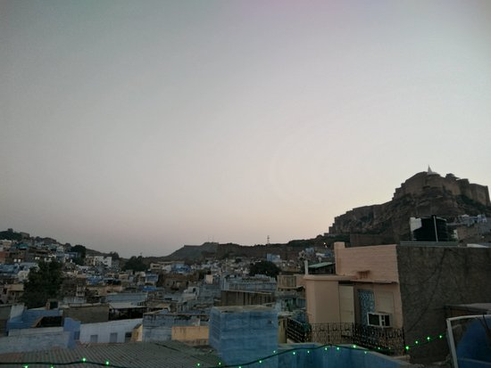 Amar Niwas Guest House & Restaurant: View of fort from terrace