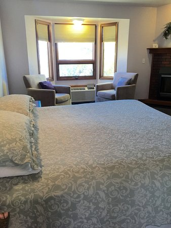 Hilltop Inn & Suites: King Room