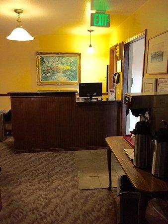 Hilltop Inn & Suites: Hotel Lobby
