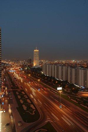 Crowne Plaza Hotel Dubai: Sheih Zayed Road at night