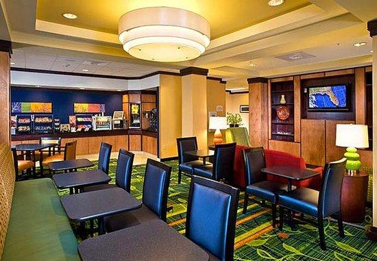Fairfield Inn & Suites Lake City: Breakfast Lounge
