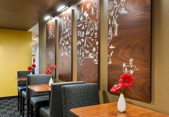 TownePlace Suites Pensacola: Breakfast Seating Area