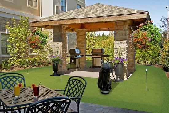 Staybridge Suites Oakville: Courtyard